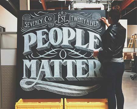 Ejemplos de letterings trabajados con tiza: People Matter