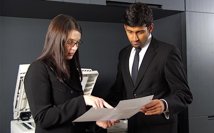 cios de trabajar en equipo en una oficina: Interactuar con otras personas