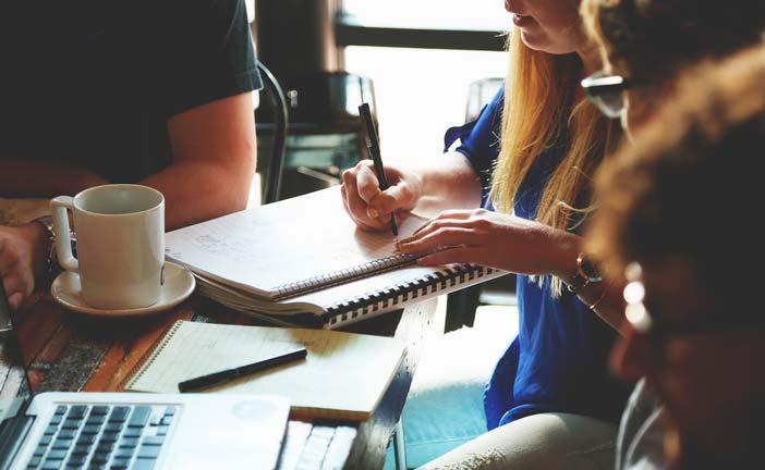 4-formas-potenciar-tu-creatividad-al-comenzar-proyecto-nuevo-realizar-sesion-lluvia-de-ideas-diversos-miembros