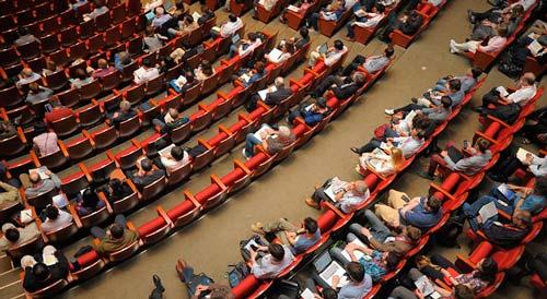 actividades-esenciales-promocionarte-como-disenador-asistir-conferencias-eventos